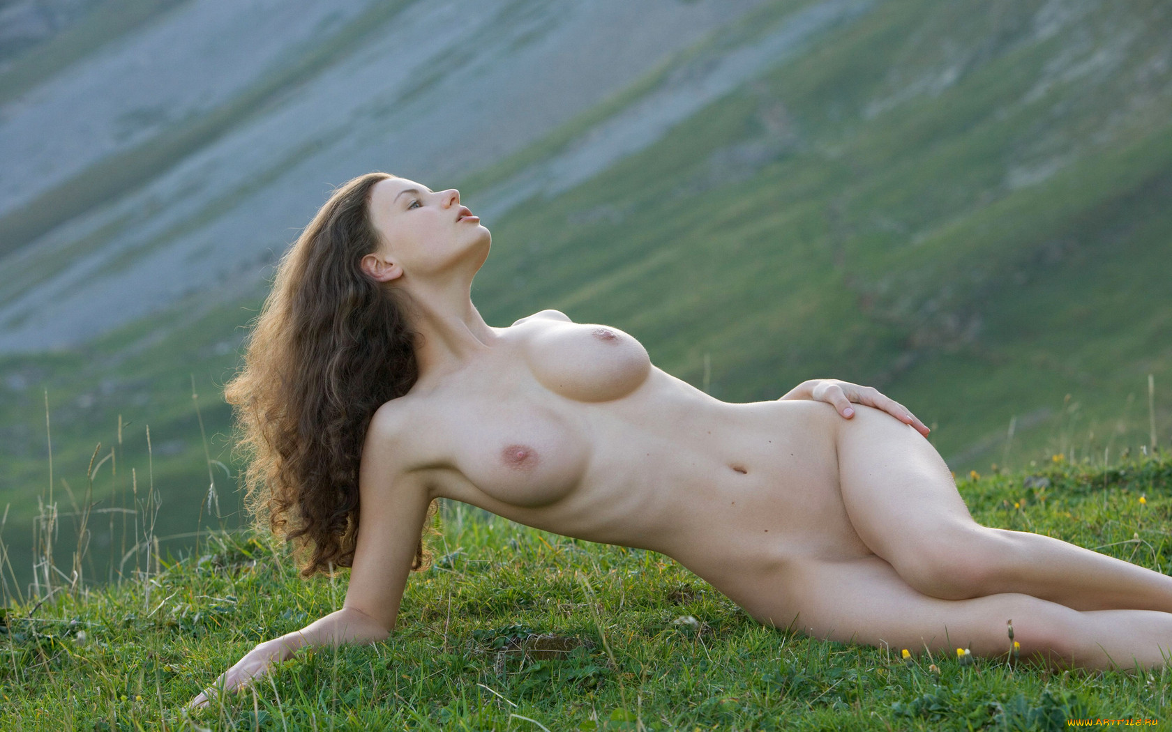 Шатенка голая на природе 20 фотография